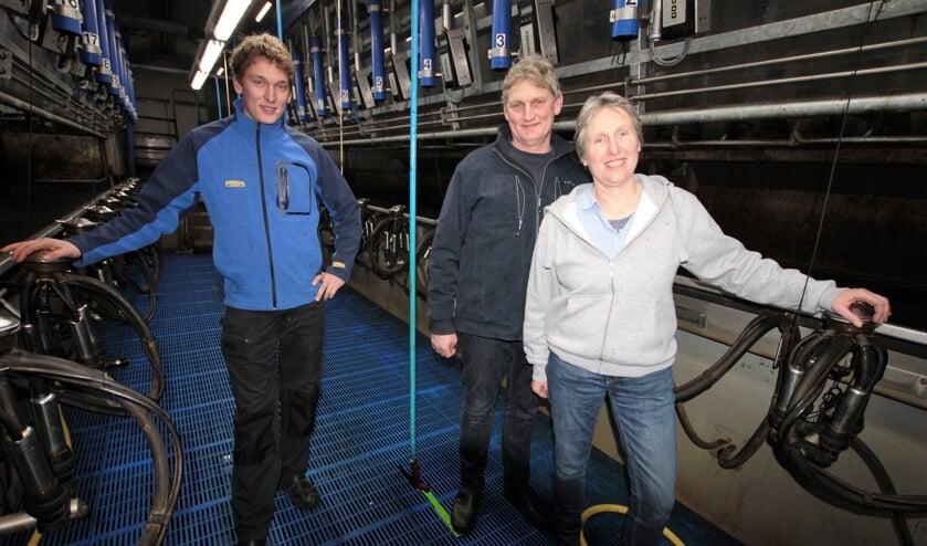 • Arjan, Hans en Linda Mulder in de nieuwe melkput.
