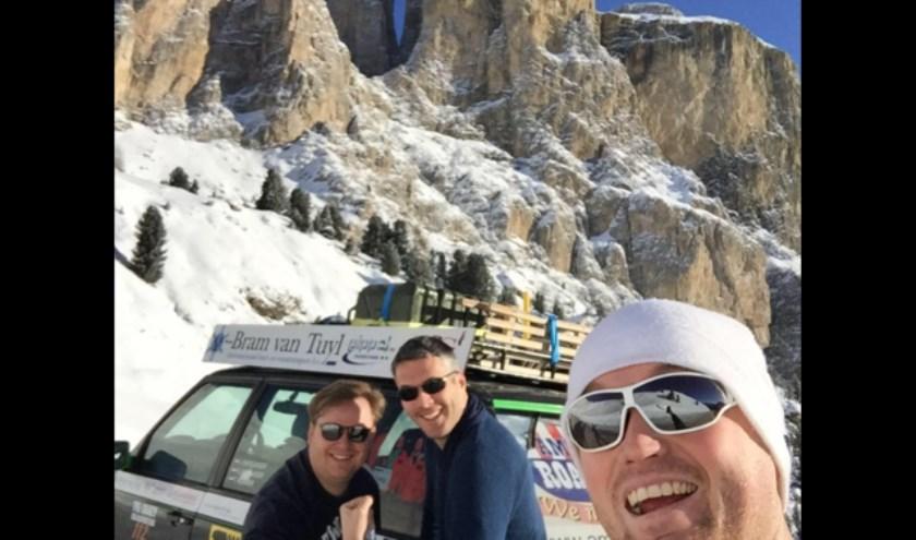 • Peter Jan Kaasjager met op de achtergrond zijn broer Johan en vriend Tijmen Klamer.