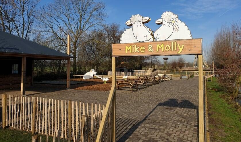 • De entree naar het terrein van Mike & Molly.