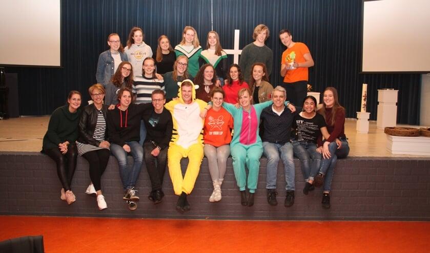 • Groepsfoto met staand, tweede van links, Anneloes Molenaar.