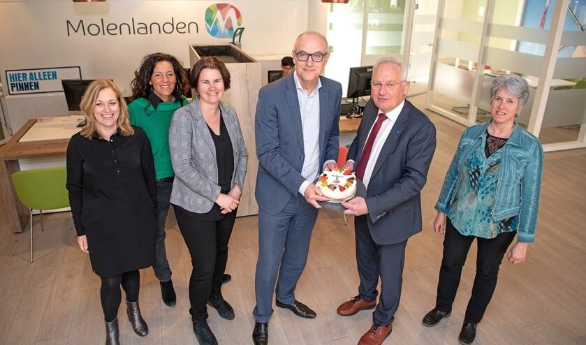 • De gemeente en de Rabobank delen het pand in Nieuw-Lekkerland; reden voor een taartje.