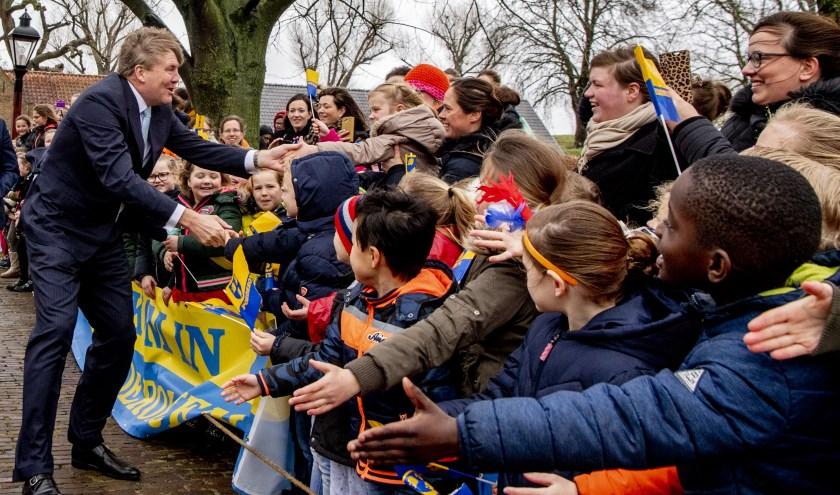 • Koning Willem-Alexander nam even de tijd voor de kinderen voordat hij het Slot in ging.