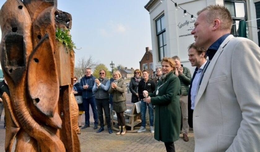 Zondagmorgen werd op het terras van De Stadskelder in het bijzijn van burgemeester Petra van Hartskamp en tal van genodigden, een kunstwerk van Maarten Schepers onthuld. (Foto: Paul van den Dungen)