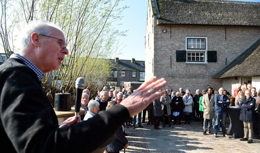 • Jan Boele spreekt de aanwezigen toe.