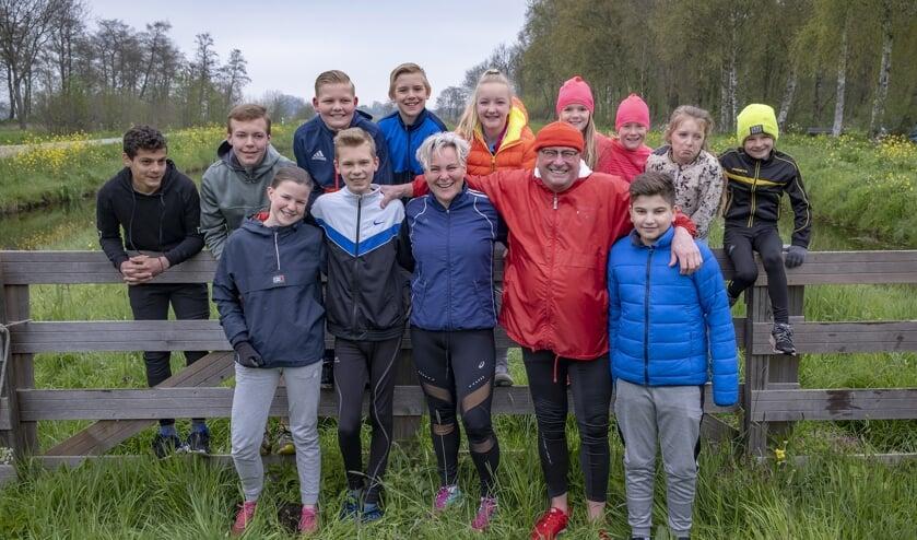 • De jeugdgroep met de trainers Liesbeth Steehouwer en Mels van der Ruit.