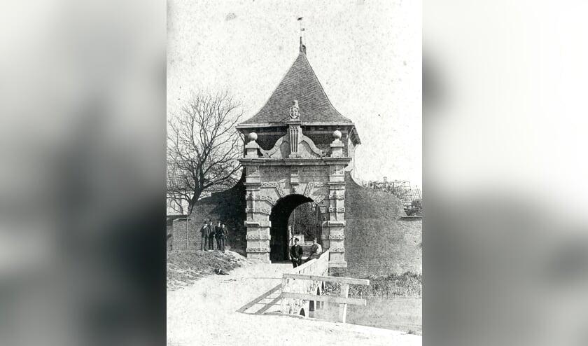 • De bewuste brug voor de Veerpoort, toen deze nog in gebruik was. Eén van de gewelven is vernield.