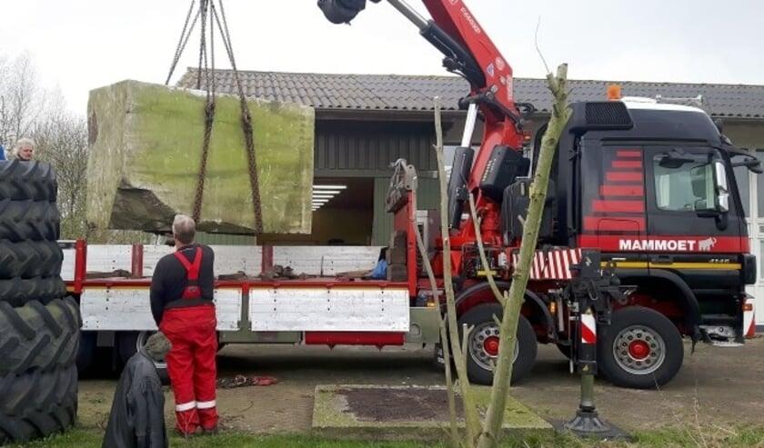 Beeldhouwer Rafael van Seumeren liet vanuit De Meern een blok Portugees marmer van 10.000 kilo afleveren bij het Montfoorts Kunstenaars Collectief. (Foto: Paul van den Dungen)