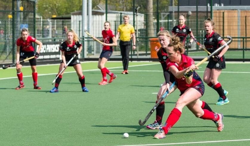 IJsseloever speelster Sabine Goemans legt aan voor een slag op het doel van DSHC D1
