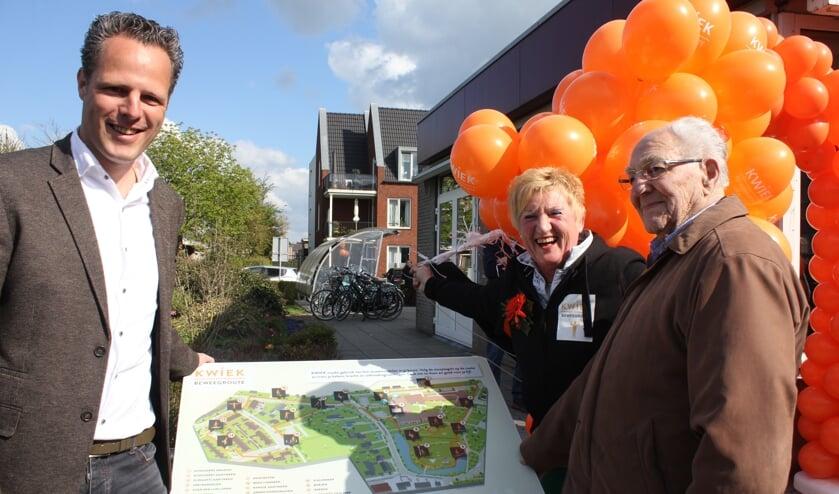 • Wethouder Van Stappershoef, initiatiefnemer Hilde Terlingen en oudste bewoner Van de Moore tijdens de opening.
