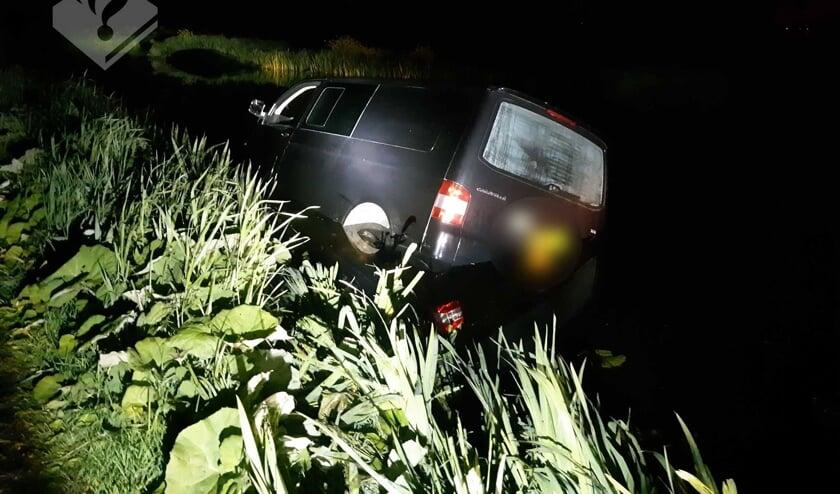 • De automobilist reed het water in naast de Kadijk in Bergambacht.