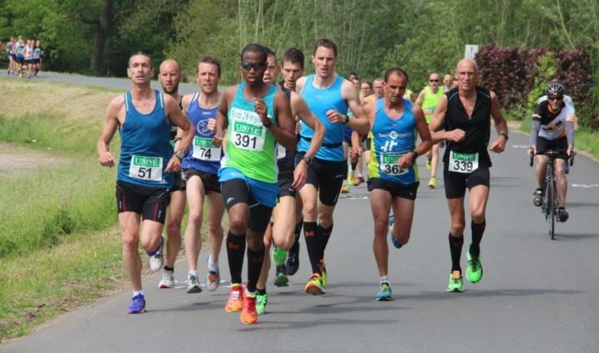 • De kopgroep van de 12e editie van de Krakelingenloop in Heukelum.