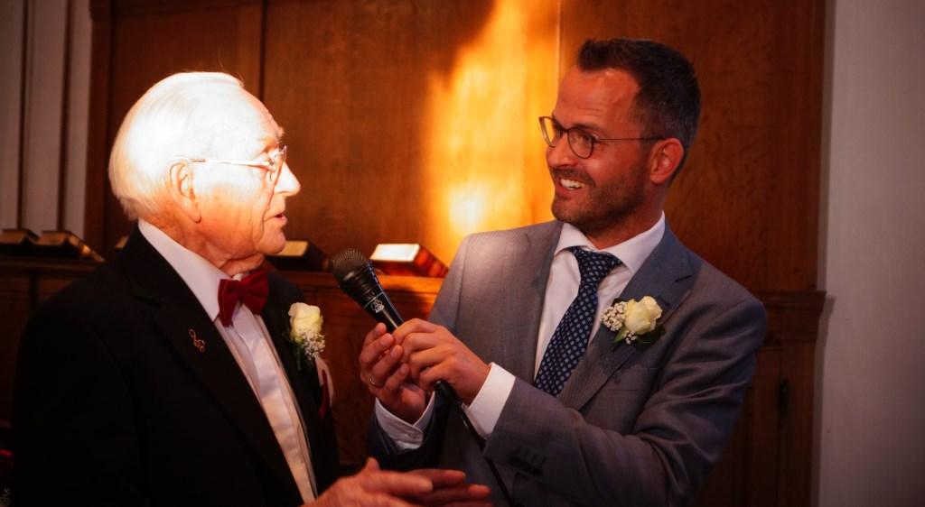 • Burgemeester Laurens de Graaf met jubilaris Henk van Bruchem.  © Krimpenerwaard
