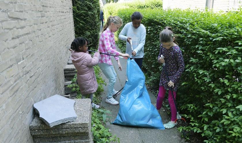 • Tijdens de opfleuractie werd ook de buurt schoongemaakt.