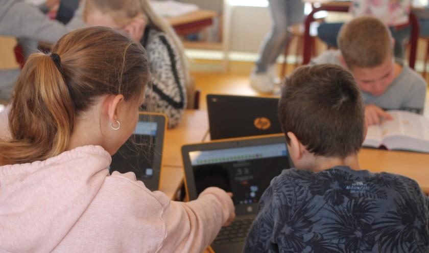 • Groepen 7 en 8 van De Lingelaar werken met ChromeBooks.