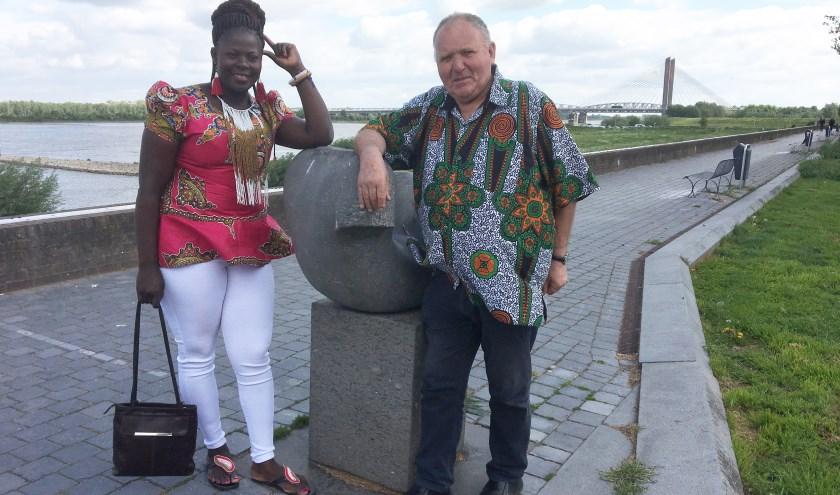 • Hellen Wafula en Piet Prinse op de Waalkade in Zaltbommel.