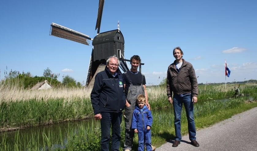 • Cees Spek en de beide molenaars  Jan den Ouden (met zoontje Niek) en Adriaan de Bruin (v.l.n.r.).