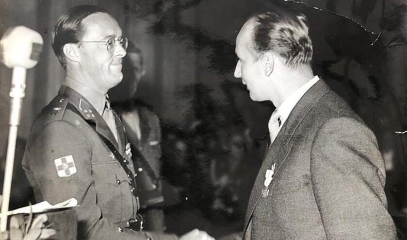 • De heer Sudhues kreeg het Bronzen Kruis uit handen van prins Bernhard.