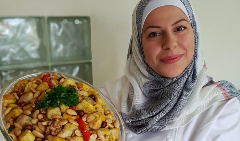 Manal toont een van haar gerechten.