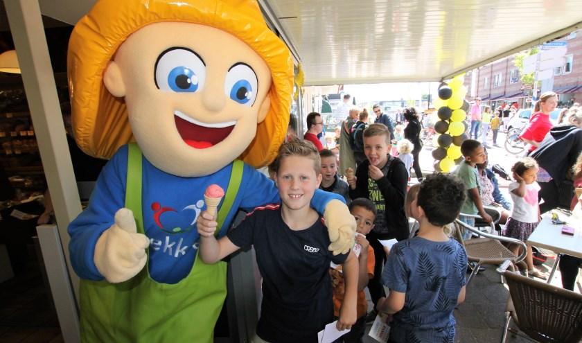 • Lekkie, de mascotte van Ondernemers Coöperatie Lekkerkerk, hielp mee met het uitdelen van de ijsjes.