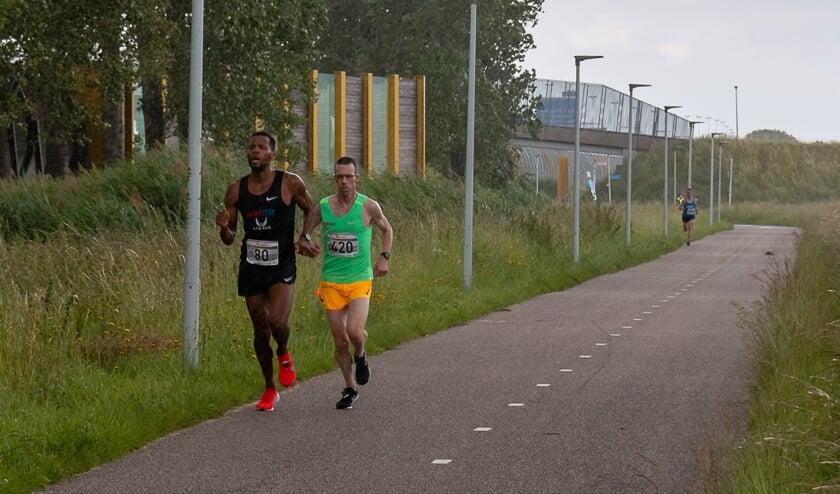 • Colin Bekers en Nixon Fernandes, met 100 meter daarachter Maarten van Zetten.