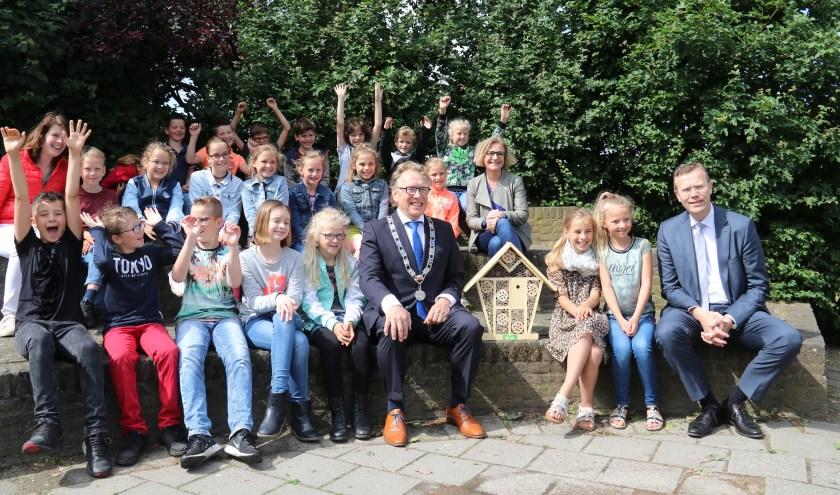 • De kinderen van de Kievitsheuvel met vooraan burgemeester Harry Keereweer (met ambtsketen) en uiterst rechts FruitMasters-directeur Kees de Kat.