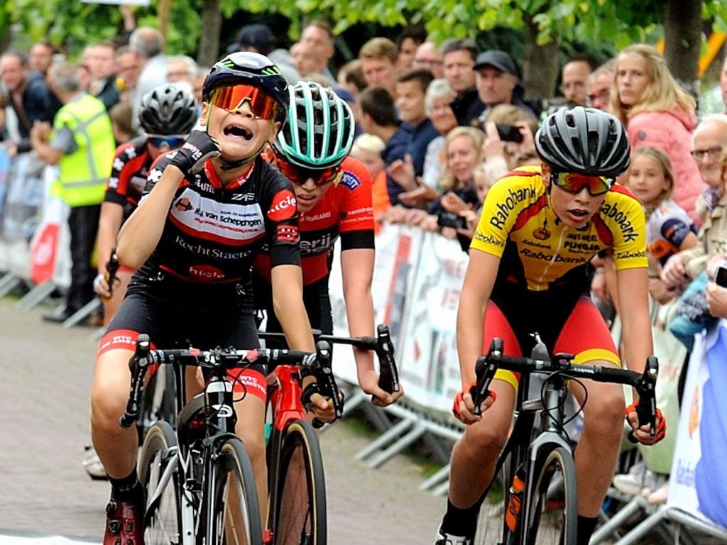 • De finish van categorie 5 jongens, Daan Hartog wordt derde. Foto: Jan de Bruin © Alblasserwaard