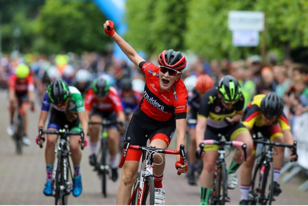 De eindsprint van categorie 6 meisjes, Merel Hartog (r) wordt derde. Foto: Rick den Besten © Alblasserwaard