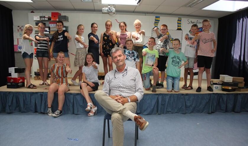 • Meester Gijs Verhoeks met groep 8 tijdens de repetitie voor de musical. Niet alle kinderen konden bij het fotomoment aanwezig zijn.