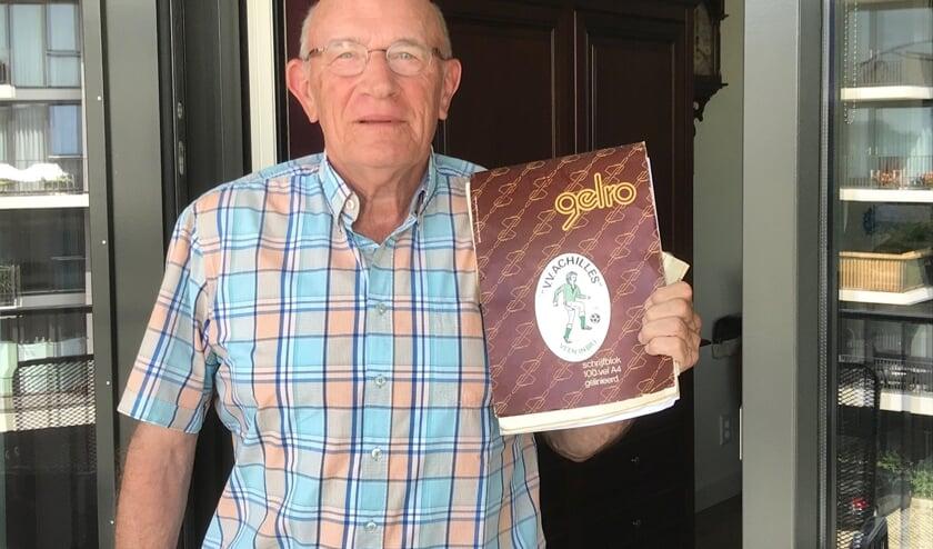 Oud-trainer Cor Kamp bewaart zijn herinneringen in een plakboek.