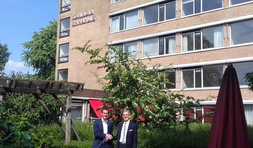 • Tom Huijben, assetmanager Woonzorg Nederland (l) en Kees Schetters, bestuurder Huis ter Leede voor het oude Emmahuis.