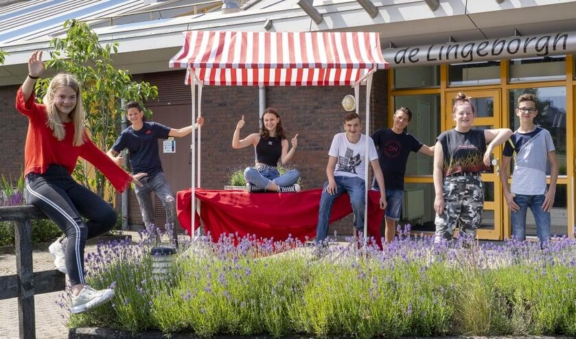 Tweedeklassers Marit, Seel, Annique, Patryk, Benjamin, Evy en Lukas (vlnr) doen 3 juli mee aan de Lingeborgh Fair.