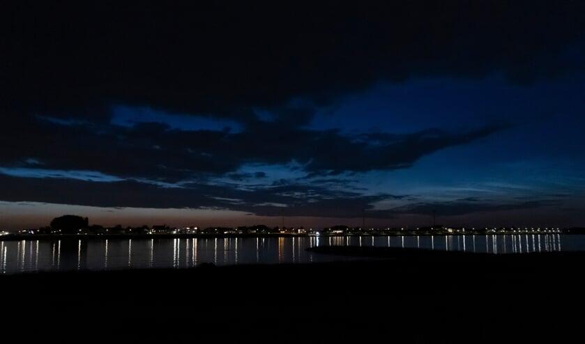 • Lichtende nachtwolken boven de Merwede.