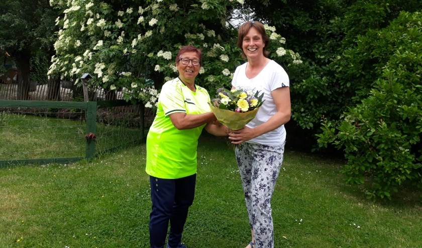 • Mathilde Linzel kreeg van badjuf Georgine een grote bos bloemen overhandigd.