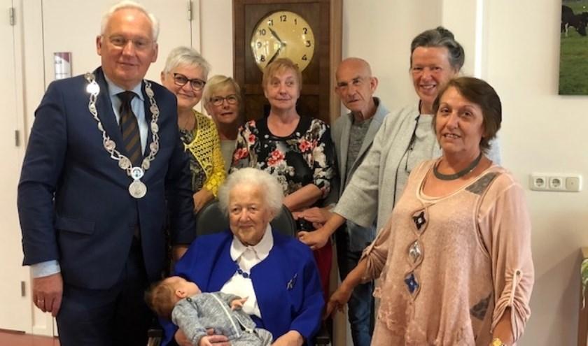 • Mevrouw Blootshoofd met het burgemeestersechtpaar en enkele familieleden.