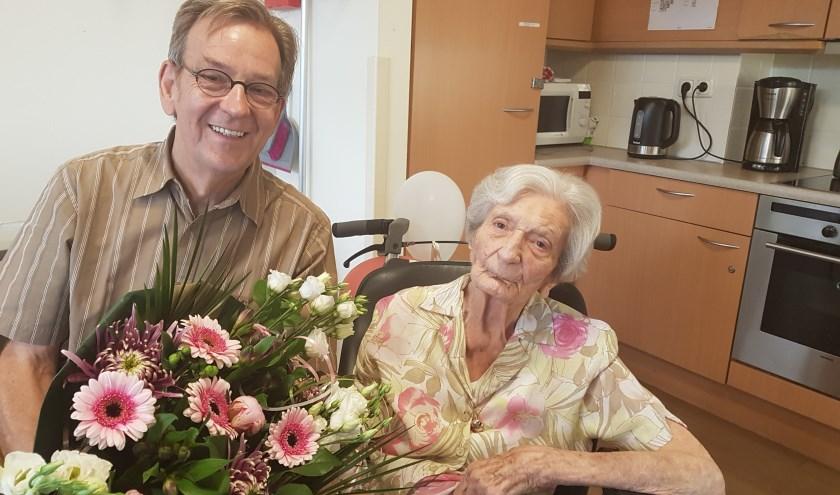 Kees Schetters (directeur Huis ter Leede) feliciteert mevrouw De Putter met haar 104e verjaardag. Ze is de oudste bewoner van Huis ter Leede in Leerdam.