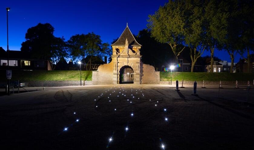 Wie via de Schoonhovense Veerpoort 's avonds naar de Lek wandelt of fietst ziet vanaf nu twinkelende lichtjes in het wegdek. Het ontwerp maakt deel uit van het nieuw ingerichte terrein Buiten de Veerpoort.