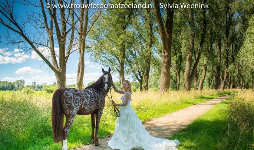 • Paard Gaya en bruid Carin in het Almbos.