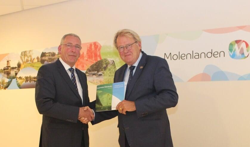 • Bert Snoek (links) overhandigt de profielschets aan Commissaris van de Koning Jaap Smit.