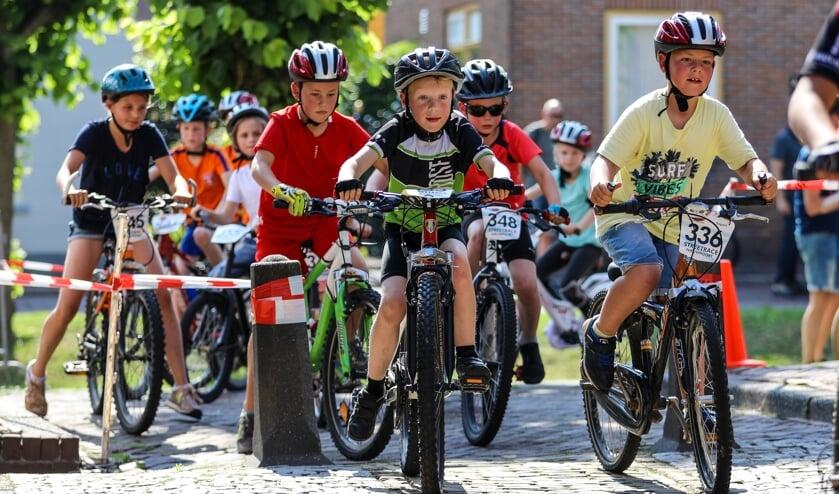 • De basisschooljeugd in één van de smalle straatjes van de Nieuwpoortse binnenstad.