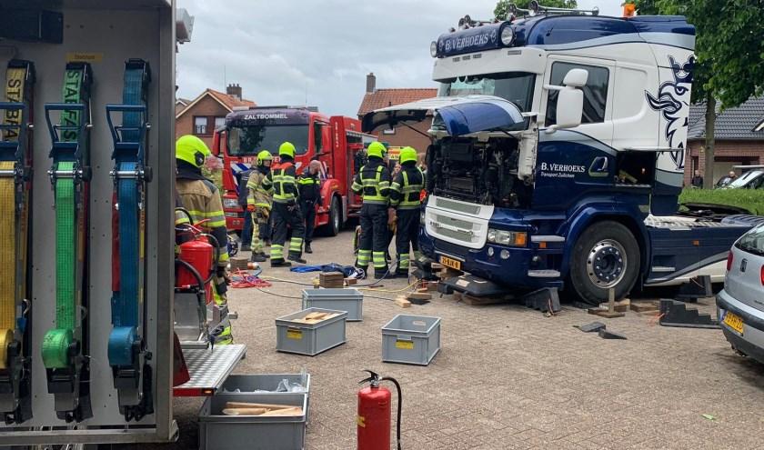 • In Zuilichem raakte een man bekneld onder een vrachtwagen.