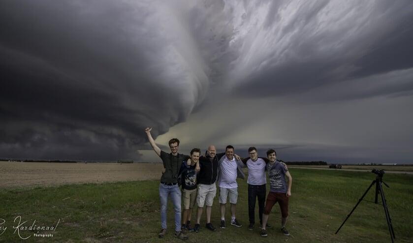 • Donny Kardienaal als derde van rechts. Op de achtergrond  supercell Imperial in Nebraska USA op 27 mei 2019.
