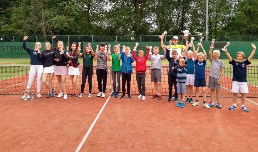 • De winnaars op de tennisbaan.