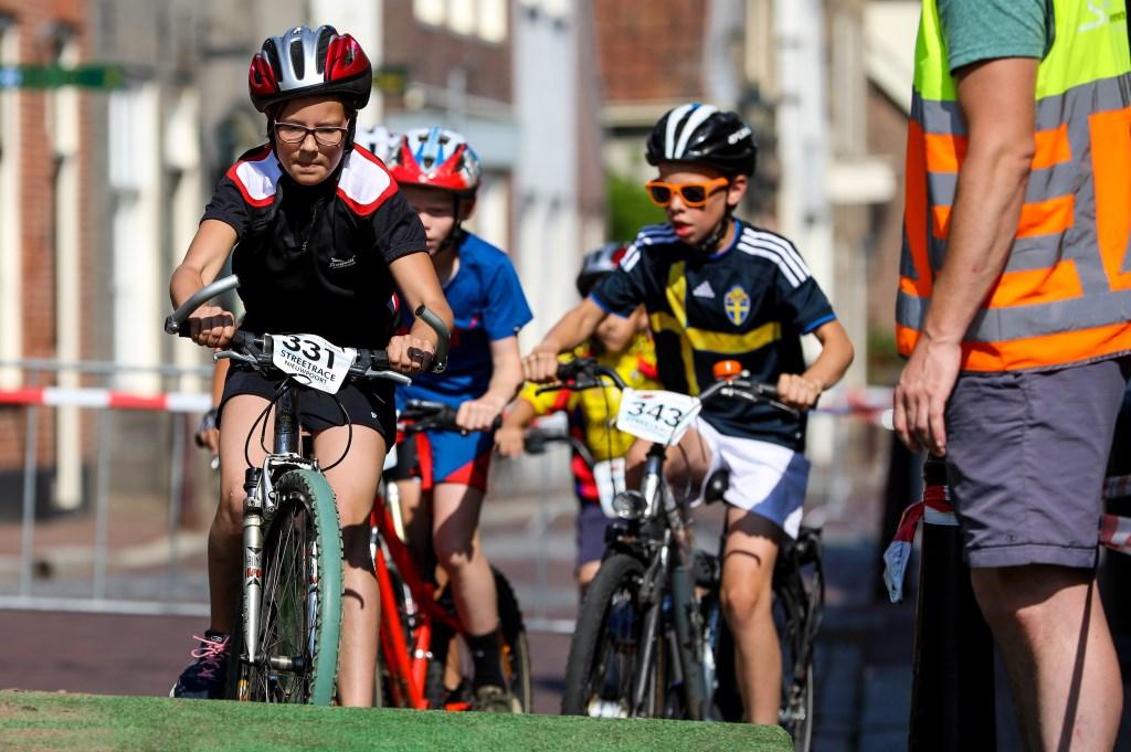 • De basisschooljeugd in actie tijdens de streetrace. Foto: Rick den Besten  © Alblasserwaard