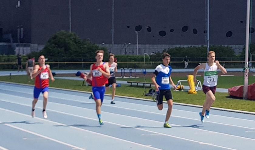 • Met een van pijn vertrokken gezicht knokt Stan Buddingh' zich naar de derde plaats op de 400 meter.