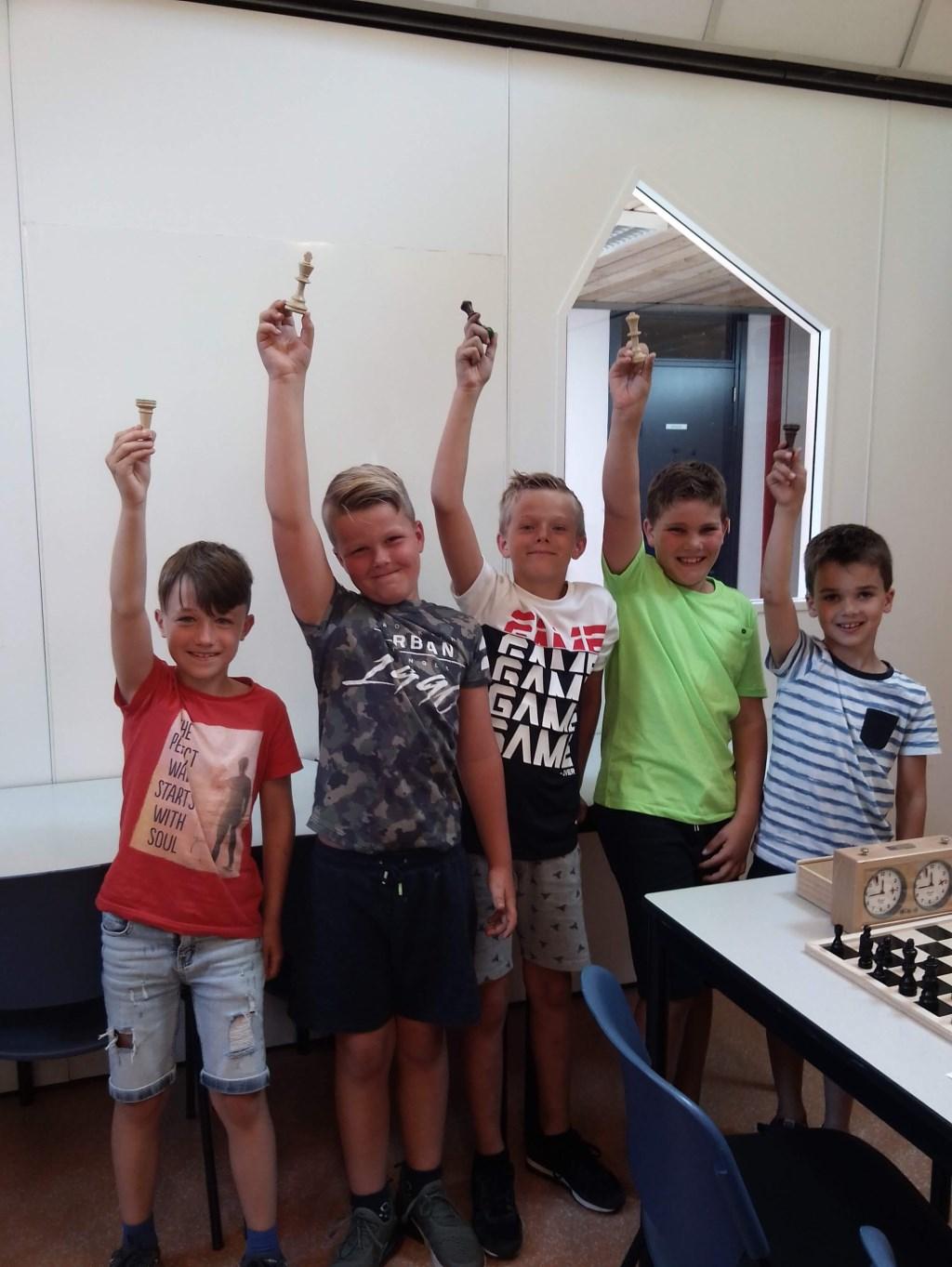• Het schaakteam van De Hoeksteen, met v.l.n.r. Ralph Mostert, Jip van der Linden, Tijn Sprong, Mats Vink, Ton Luijten.  © Alblasserwaard