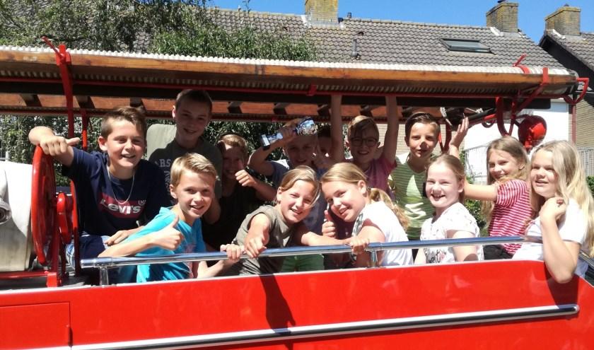 • De trotse leerlingen in de brandweerwagen.