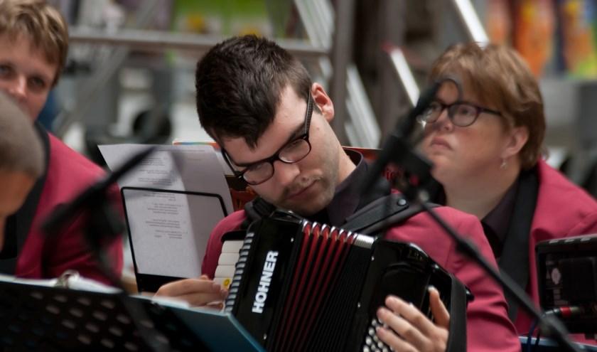 • Het Jostiband Orkest geeft op 5 oktober een middag- én een avondconcert in sporthal de Maayenbogerd.
