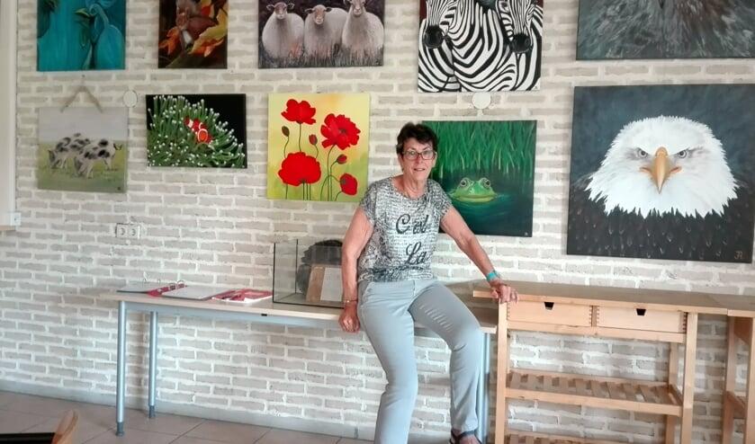 • Jannie van Andel bij haar expositie.