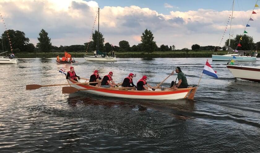 De roeiers werden donderdagavond onthaald in Wijk en Aalburg.