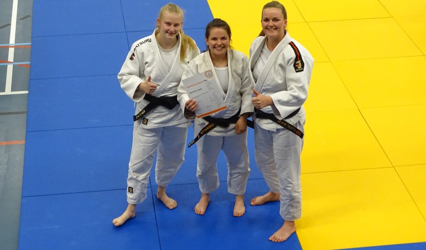 • Sannah Löwik (midden), met  Lisanne van Rooden (l.) en Esther Zwart (r.),